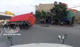 Thấy đường vắng, tài xế xe đầu kéo vào cua tốc độ cao khiến thùng container lật nhào
