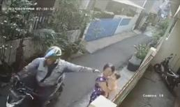 Tên cướp giật dây chuyền khiến người phụ nữ bế con nhỏ ngã đập đầu xuống đất gây phẫn nộ