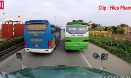 2 xe khách ngang nhiên dừng đỗ giữa quốc lộ, mặc xe sau nhấn còi xin vượt