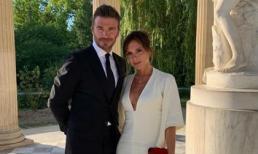 Victoria diện đầm trắng khoét sâu cổ cùng ông xã David tới thăm cung điện Versailles nhân dịp kỷ niệm 20 năm ngày cưới