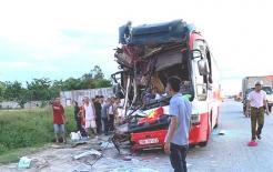 Thông tin mới vụ xe khách vào Cửa Lò nghỉ mát tông đuôi container, 15 người thương vong