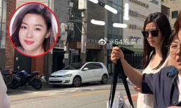 """""""Mợ chảnh"""" Jeon Ji Hyun tỏ thái độ khó chịu khi bị bắt gặp đi săn đồ sale"""