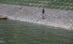 Sông Tô Lịch đổi màu xanh mát như Hồ Tây, cần thủ thích thú đến câu cá