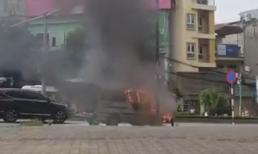 ô tô 16 chỗ bốc cháy ngùn ngụt giữa phố Hà Nội