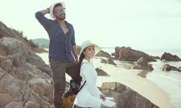 Diện đầm trắng thanh khiết, Hoa hậu Tiểu Vy đẹp ngẩn ngơ dạo biển cùng trai lạ