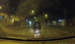 Cãi nhau với người yêu, cô gái chặn ô tô liên tục đập đầu vào capo để t.ự t.ử