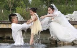 Đang chụp ảnh cưới, chú rể bất ngờ nhảy xuống hồ trước khi có được bức ảnh cưới để đời, lại còn được dân mạng nhiệt liệt tuyên dương