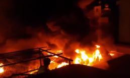 Cháy chợ ngùn ngụt trong đêm ở Đắk Lắk, gần 50 ki-ốt bị thiêu rụi thành tro