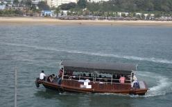 Tàu du lịch Hạ Long bị cấm xuất cảng do nghi quay trộm khách tắm