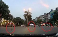 3 mẹ con rượt đuổi nhau trên phố đông khiến nhiều tài xế được phen thót tim