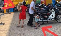 Bức ảnh gây tranh cãi nhất MXH: Mẹ trẻ ung dung bế chú chó nhỏ, con gái lẽo đẽo theo sau khiến bao người kinh ngạc?