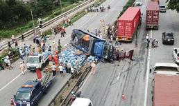 Clip: Khoảnh khắc kinh hoàng khi xe tải lật đè vào đoàn người chờ qua đường tại Hải Dương