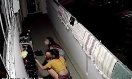 Lén lút trộm giày phòng bên, 2 gái xinh muối mặt bỏ đi khi thấy camera an ninh