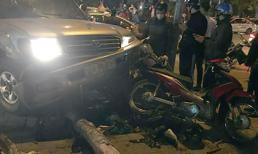 'Ô tô điên' quay vòng vòng giữa ngã tư rồi tông hàng loạt xe máy trên phố