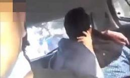 Cặp đôi vô tư diễn 'cảnh nóng' trên taxi, tài xế bức xúc quay lại rồi phát tán lên mạng