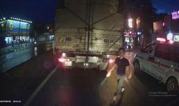Bị tài xế xe tải buông lời thách thức, lái xe cứu thương liền cầm dao xuống thị uy