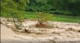 Giải cứu người đàn ông cheo leo trên ngọn cây giữa dòng lũ dữ ở Thanh Hoá