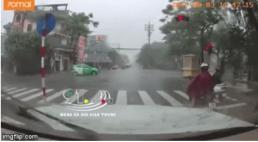 Vượt đèn đỏ giữa trời mưa bão, nữ tài xế bị taxi hất văng xuống đường
