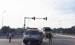 Xe cứu thương trở quan tài đâm xe máy khiến 2 người nguy kịch