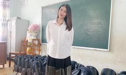 Lan Khuê lại giấu bầu với sơ mi và chân váy xếp li như sinh viên đi làm từ thiện cùng mẹ dù bầu hơn 6 tháng