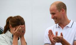 Sự thật đằng sau nụ cười của Hoàng tử William khi thấy Công nương Kate ôm mặt xấu hổ