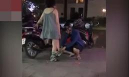Sợ diện váy ngồi xe máy bất tiện, chồng cẩn thận mặc thêm quần cho vợ ngay trên phố