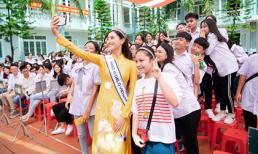 Hoa hậu Lương Thuỳ Linh 'gây náo loạn' khi về thăm trường cũ