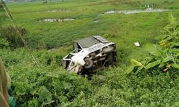 Xe ô tô mắc kẹt trên đường ray bị tàu hỏa đâm văng xuống ruộng