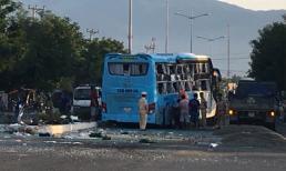 Hai xe khách tông nhau kinh hoàng trong đêm, 17 người thương vong