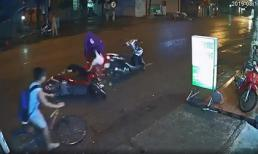 Dừng xe máy giữa đường để mặc áo mưa, người phụ nữ gây hoạ cho cô gái trẻ