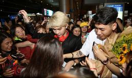 Trở về từ Hàn Quốc, Jack và K-ICM khiến sân bay 'rần rần' lúc nửa đêm vì fan vây kín