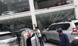 Nhân viên showroom lái ô tô lao từ tầng 2 xuống đất, 3 'xế hộp' tiền tỷ bị thiệt hại