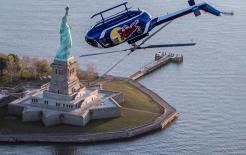 Cảnh tượng hiếm gặp: Trực thăng bay lộn ngược trên đầu tượng Nữ thần Tự do