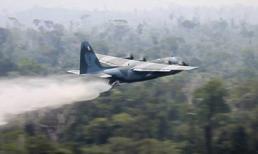 Chiến đấu cơ xả hàng ngàn lít nước dập lửa cứu 'lá phổi xanh' Amazon