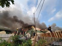 Cháy dữ dội ở huyện Thanh Trì, đứng Ngã Tư Sở nhìn khói cao hàng chục mét