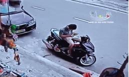 Đang ngồi trên xe máy trước cửa hàng tạp hoá, nam thanh niên bị xe điên húc trọng thương
