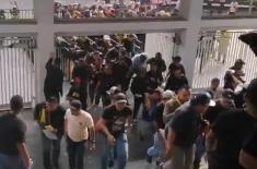 Cổ động viên Malaysia ôm đầu tháo chạy vì bị người hâm mộ quá khích của Indonesia ném đá