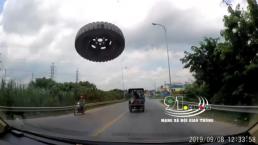 Đang phóng vù vù trên đường, tự nhiên một chiếc lốp bay tới đập vỡ kính 'xế hộp'