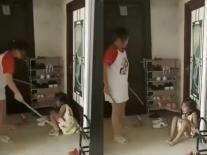Người mẹ dùng gậy đánh con như quân thù, bố thản nhiên ngồi quay clip gây phẫn nộ