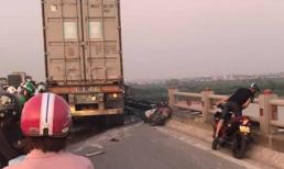Tại nạn nghiêm trọng trên cầu Thanh Trì, 1 người rơi xuống sông tử vong