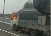 Xe tải bốc cháy ngùn ngụt trên cao tốc Hạ Long - Hải Phòng