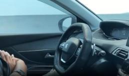 Nam tài xế buông cả 2 tay khi ô tô đang đi với vận tốc 85km/h gây tranh cãi