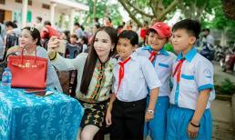 Ăn mặc giản dị, hot girl chuyển giới Trần Đoàn vẫn luôn bừng sáng khi đi phát quà từ thiện
