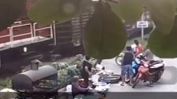 Cố băng qua đường ray khi tàu hỏa đang lao tới, tài xế xe máy thoát chết nhờ được người khác kéo lại