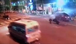Xe máy tông thẳng vào ô tô với tốc độ kinh hoàng, tài xế văng xa chục mét