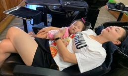 Bám theo mẹ cả lúc đi gội đầu, con gái Thanh Thảo lăn quay ra ngủ cực đáng yêu