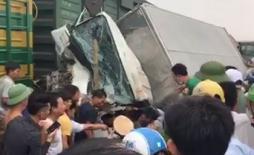 CSGT và hàng chục người dân hợp sức nâng xe tải cứu tài xế bị tàu hỏa đâm ở Nghệ An