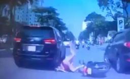 Mẹ địu con chạy xe máy bất cẩn, ngã lao đầu vào bánh ô tô ở Hà Nội