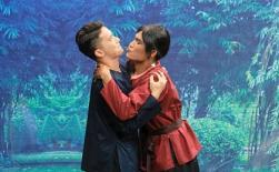 S.T Sơn Thạch sợ hãi vì liên tục bị Mạc Văn Khoa 'cưỡng hôn' trên sân khấu