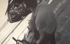 'Soái ca' đi xe SH ăn trộm mớ rau trước cửa một nhà dân khiến ai cũng sốc
